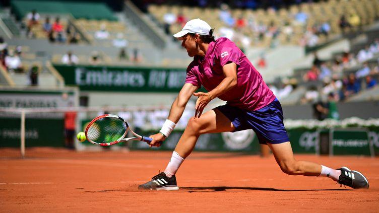 Dominic Thiem, malmené sur le court Philippe-Chatrier lors du 1er tour de Roland-Garros 2021. (MARTIN BUREAU / AFP)