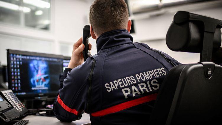 Un sapeur-pompier reçoit un appel dans un centre à Paris, le 24 janvier 2019. (PHILIPPE LOPEZ / AFP)