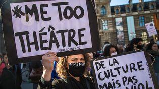 Une des manifestantes contre les agressions sexuelles dans le monde de la culture, rassemblement organisé par le collectif Metoo Théâtre à Paris le 16 octobre 2021 (CHRISTOPHE PETIT TESSON / EPA)
