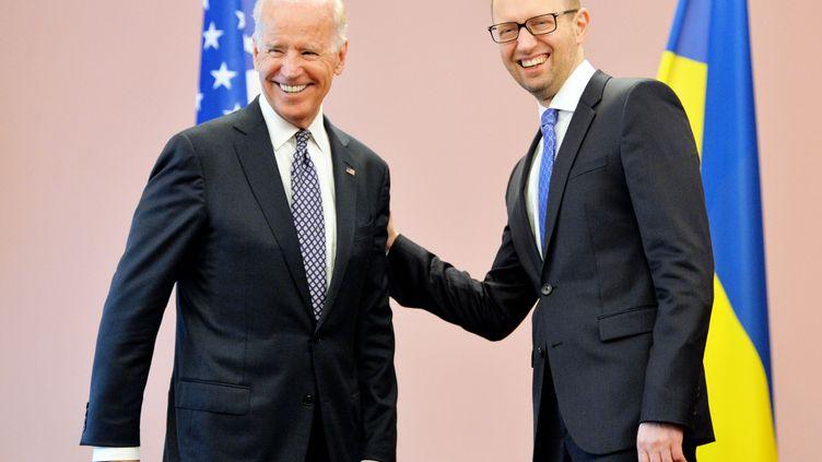 Le vice-président américain, Joe Biden, et le Premier ministre ukrainien,Arseni Iatseniouk, le 22 avril 2014, à Kiev (Ukraine). (SERGEI SUPINSKY / AFP)