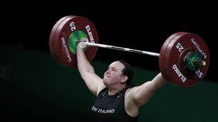 L'haltérophile néo-zélandaise Laurel Hubbard est la première athlète transgenre de l'histoire à participer aux prochains Jeux olympiques de Tokyo, après la confirmation de sa fédération, lundi 21 juin 2021. (ADRIAN DENNIS / AFP)
