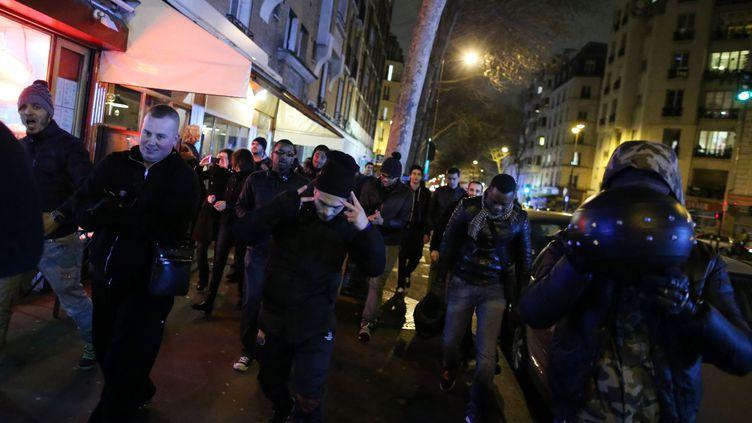 Des fans de Dieudonné quittent le théâtre de la Main d'Or, jeudi 16 janvier, après un affrontement avec des manifestants opposés à la tenue de son spectacle. (KENZO TRIBOUILLARD / AFP)