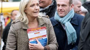 Marine Le Pen et Steeve Briois déambulent au marché de Liévin (Pas-de-Calais), le 14 octobre 2015. (DENIS CHARLET / AFP)