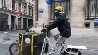 Dans le centre de Lyon, les petits commerces se sont regroupés pour former une plateforme commune : des livraisons à vélo avec des horaires souples sont proposées aux clients. (France 3)