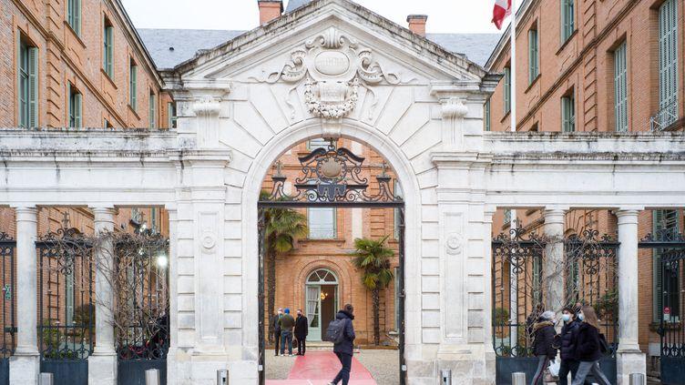 L'entrée de la préfecture du Tarn-et-Garonne à Montauban, le 15 mars 2021, alors que se tient un rassemblement organisé par les centrales syndicales du département à l'occasion de la venue du président Emmanuel Macron et du Premier ministre espagnol Pédro Sanchez. (PATRICIA HUCHOT-BOISSIER / HANS LUCAS)