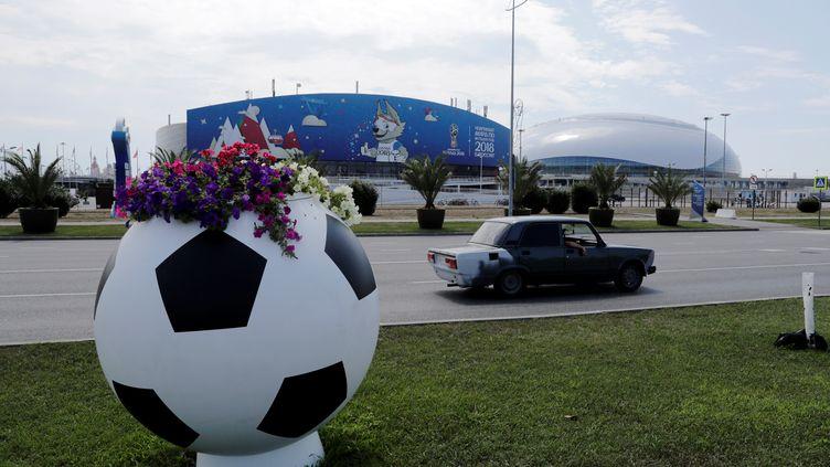 Une voiture passe devant le stade de Sotchi (Russie), le 29 juin 2018. (HENRY ROMERO / REUTERS)