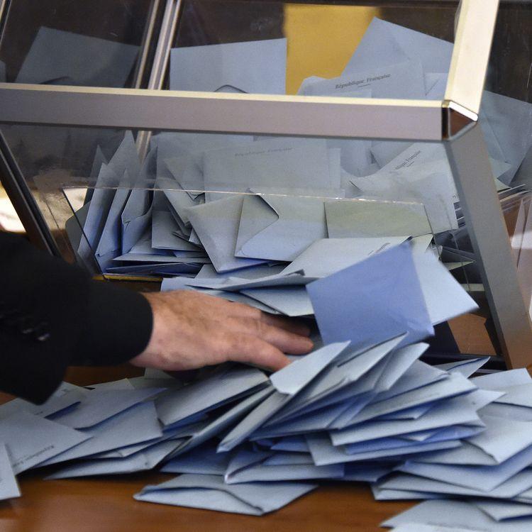 Une volontaire dépouille une urne lors des élections municipales en mars 2014, à Toulouse. (PASCAL PAVANI / AFP)