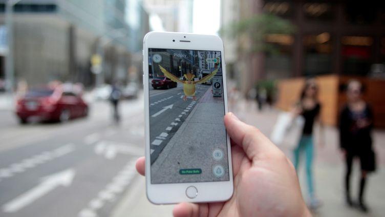 Un homme joue à Pokémon Go, le 11 juillet 2016 à Toronto (Canada). (CHRIS HELGREN / REUTERS)