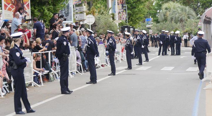 Les policiers en tenue d'honneur sur la Croisette le 8 mai 2018.  (Lorenzo Ciavarini Azzi/Culturebox)