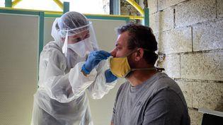 Une infirmière effectue un prélèvement pour un test de dépistage du Covid-19, le 18 mai 2020, à Sedan (Ardennes). (VIKTOR POISSON / HANS LUCAS / AFP)