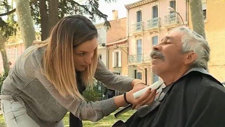 Une coiffeuse de Narbonne coiffe gratuitement des sans-abri. (FRANCE 3)