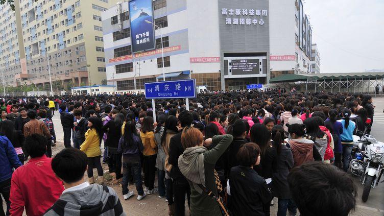 13 fécrier 2012 - une foule de demandeurs d'emplois àShenzhen au sud de la Chine, dans les usines de Foxconn où le groupe Apple fait fabriquer une partie de ses produits (YUAN SHUILING / AFP )