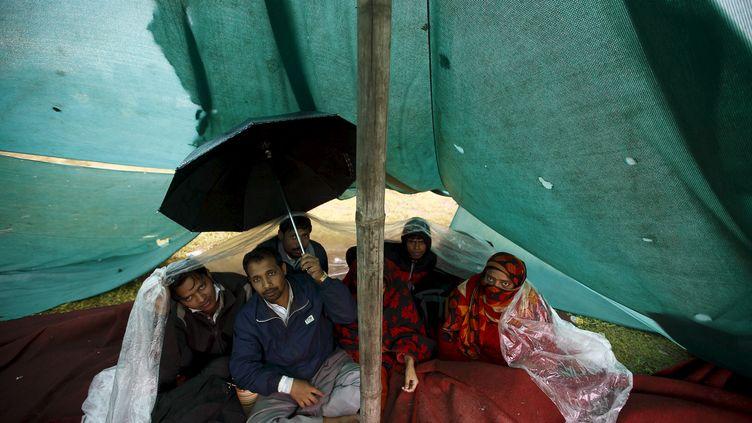 Une famille de sinistrées de Katmandou sous la pluie (Népal), le 28 avril 2015 (NAVESH CHITRAKAR / REUTERS)