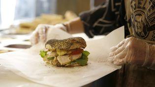Un bagel aux graines de pavot, à Paris, en septembre 2015. (FLORIAN DAVID / AFP)