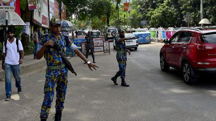 Contrôle militaire dans Dacca le 7 octobre 2015 après les assassinats d'un Italien et d'un Japonais, revendiqués par Daech.  (AFP - Munir Uz Zaman)