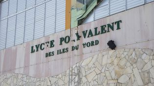 La façade abîmée d'un lycée de Saint-Martin, après le passage de l'ouragan Irma, le 18 septembre 2017. (HELENE VALENZUELA / AFP)