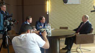 """Vladimir Poutine et le réalisateur Oliver Stone, le 11 mai 2016, dans le documentaire """"Conversations avec Monsieur Poutine"""". (KOMANDIR/COURTESY/SHOWTIME)"""