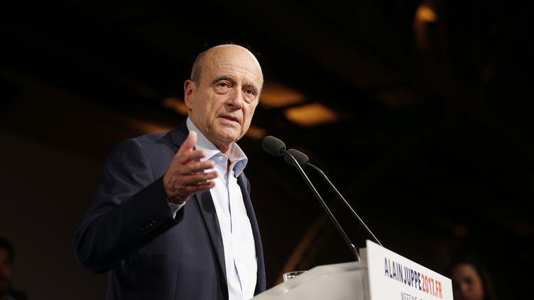 Alain Juppé, maire de Bordeaux et candidat à la primaire à droite, s'exprime lors d'un meeting à Malakoff (Hauts-de-Seine), le 8 octobre 2016. (THOMAS SAMSON / AFP)