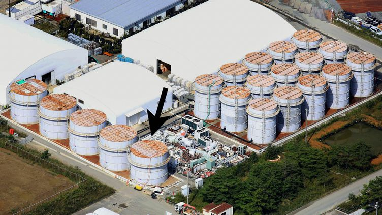 Une photo de la centrale de Fukushima (Japon), fournie le 3 octobre 2013 par l'exploitant Tepco, indiquant avec une flèche noire le réservoir d'où de l'eau radioactive s'est échappée. (MAXPPP)