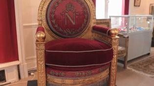 Dimanche 7 avril, un trône deNapoléon sera mis aux enchères par la maison de vente Osenat à Fontainebleau (Seine-et-Marne). (CAPTURE D'ÉCRAN FRANCE 3)