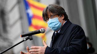 Carles Puigdemont, ancien dirigeant catalan en exil et membre du Parlement européen, s'adresse aux partisans catalans en dehors du Parlement européen à Bruxelles le 9 mars 2021. (JOHN THYS / AFP)