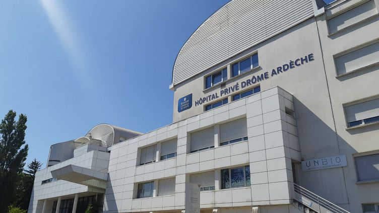 La clinique Pasteur, à Guilherand-Granges. Les hôpitaux privés vont mettre en place jusqu'à 4 000 lits de réanimation sur tout le territoire. (FLORENCE GOTSCHAUX / FRANCE-BLEU DRÔME-ARDÈCHE)