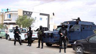 Des officiers de police tunisiens montent la garde près d'un cimetière après l'attaque jihadiste de Ben Guerdane (Tunisie), le 9 mars 2016. (ZOUBEIR SOUISSI / REUTERS)