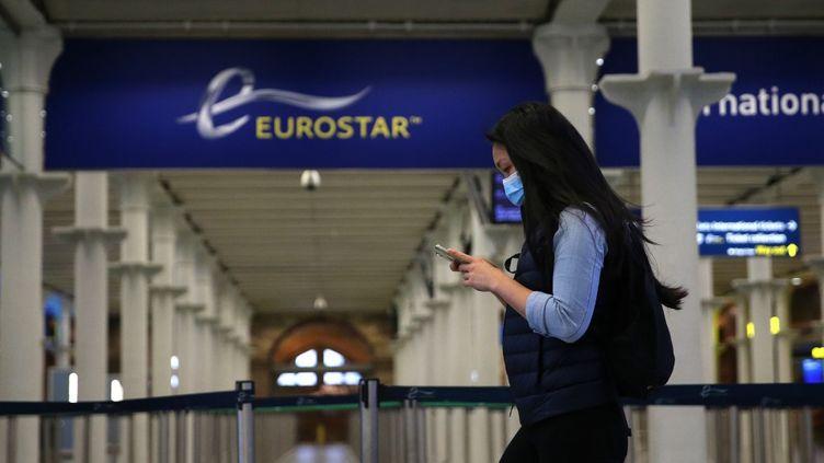 Unepassagère arrive au terminal Eurostar de St Pancras, à Londres, le 6 mai 2020. (ISABEL INFANTES / AFP)