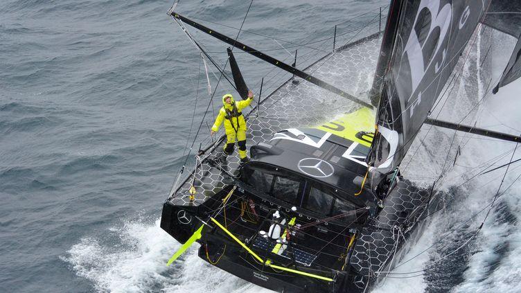 Alex Thomson manoeuvre son monocoque (Hugo Boss) au large des îles Kerguelen (France), durant la course du Vendée Globe, le 30 novembre 2016. (MARINE NATIONALE / NEFERTITI / AFP)