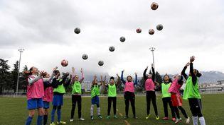 Des jeunes filles lors d'un entraînement à l'école municipale de football féminin de Grenoble. (JEAN-PIERRE CLATOT / AFP)