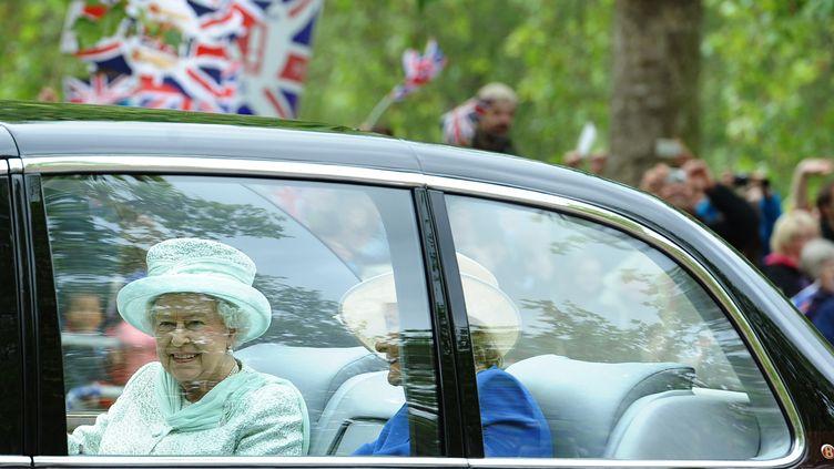 Elizabeth II se rend à la cathédrale Saint-Paul, le 5 juin 2012 à Londres (Royaume-Uni), pour assister à une messe à l'occasion de son jubilé de diamant. (PAUL ELLIS / AFP)