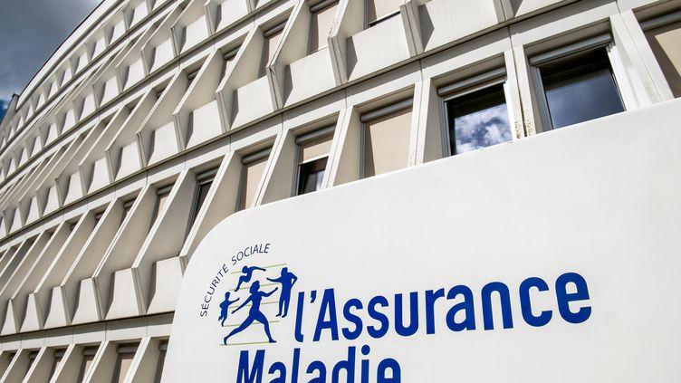 Le logo de l'assurance-maladie sur un bâtiment à Arras (Pas-de-Calais), le 16 juin 2017. (PHILIPPE HUGUEN / AFP)
