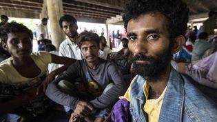 Des migrants en provenance du Bangladesh et de Birmanie sont pris en charge près d'Aceh (Indonésie), le 10 mai 2015. (REZA JUANDA / AFP)