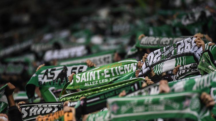 Les supporters de Saint-Étienne agitent leurs couleurs lors du Derby entre l'AS Saint-Étienne et l'Olympique lyonnais, le 5 novembre 2017, au stade Geoffroy-Guichard. (PHILIPPE DESMAZES / AFP)