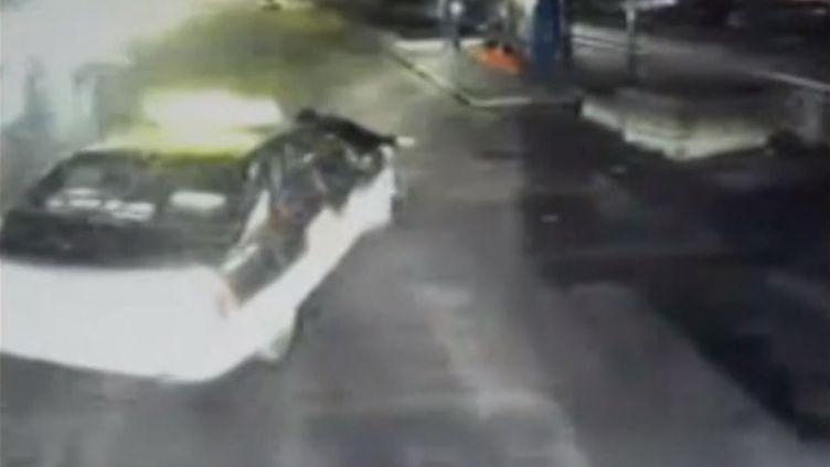 Un chauffeur de bus renversé par un taxi, à Heze (Chine), le 26 janvier 2015. (APTN)