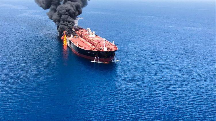Le pétrolier Front Altair en feu, dans le Golfe d'Oman, le 13 juin 2019. (STRINGER / ISNA NEWS AGENCY)