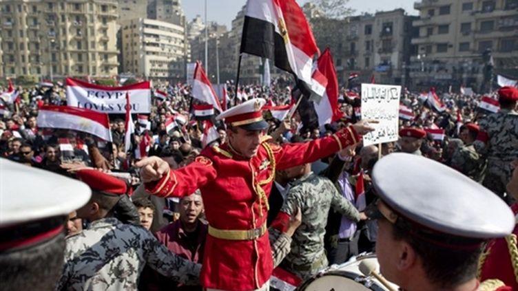 Fanfare militaire au milieu de la foule, place Tahrir au Caire lors des célébrations (18/02/11) du départ de Moubarak (AFP PHOTO/PEDRO UGARTE)