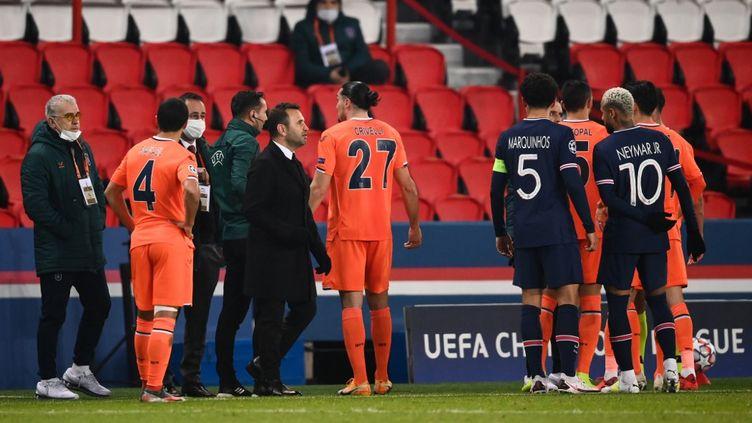Les joueurs du Paris Saint-Germain et d'Istanbul Basaksehir lors du match interrompu hier.  (FRANCK FIFE / AFP)