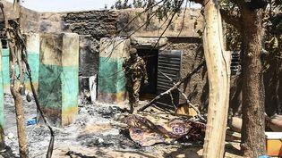 Une maison d'Ogossagou incendiée lors de la précédente attaque contre le village, le 23 mars 2019. (HANDOUT / MALIAN PRESIDENCY)