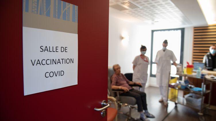 Une salle de vaccination dans un Ehpad de Périgueux (Dordogne), le 7 janvier 2020. (ROMAIN LONGIERAS / HANS LUCAS / AFP)