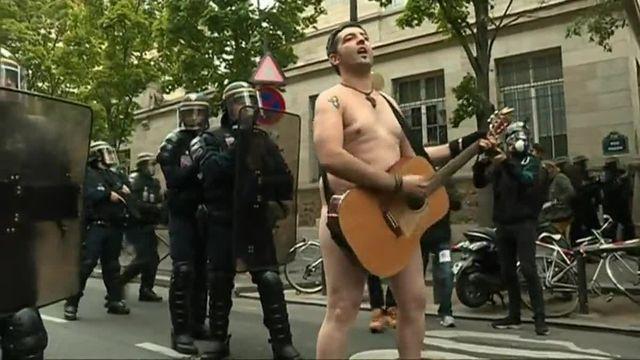 """""""On lâche rien"""". Un homme nu défie les policiers dans la manifestation contre la réforme du Code du travail"""