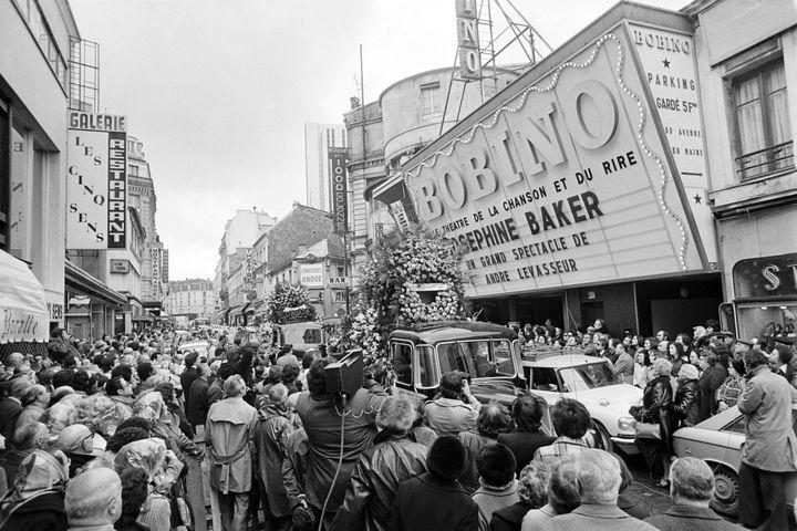 Le convoi funéraire de Joséphine Baker s'était arrêté devant la célèbre salle de music-hall Bobino, dans le quartier Montparnasse, où elle avant joué peu avant sa mort survenue le 12 avril 1975 à Paris. (AFP)