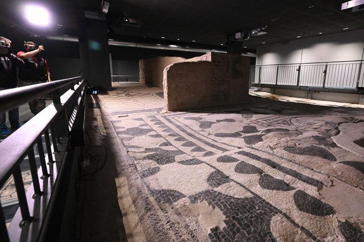 Une des fresques d'une villa romaine découverte sous un immeuble de Rome en 2014-18 et ouverte au public le 7 mai 2021. (ALBERTO PIZZOLI / AFP)