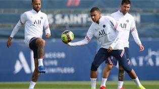 Neymar, Kylian Mbappé et Lionel Messi lors d'une séance d'entrainement du Paris Saint-Germain le 28 août dernier. (FRANCK FIFE / AFP)