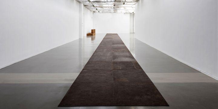 """Vue de l'exposition, Carl Andre: Sculpture as Place, 1958–2010 au Musée d'Art moderne de la Ville de Paris (""""46 Roaring Forties"""", 1988)  (Pierre Antoine)"""