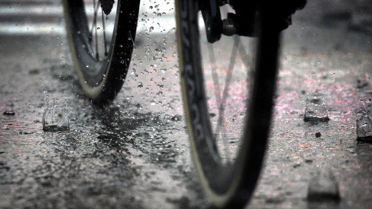 Un coureur cycliste se fait tirer dessus au retour de l'entraînement, le 17 avril 2018. (YORICK JANSENS / BELGA MAG / AFP)