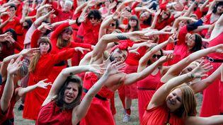 """Des admirateurs de Kate Bush dansent durant un """"flashmob"""" pour célébrer son tube """"Wuthering Heights"""" le 13 juillet 2019 auGoerlitzer Park de Berlin. (DAVID GANNON / AFP)"""