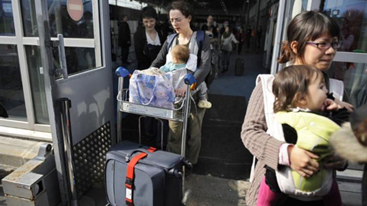 Arrivée à l'aéroport RDG, le 16 mars 2011, de Français et de leurs proches qui ont quitté le Japon après la catastrophe. (AFP/LIONEL BONAVENTURE)