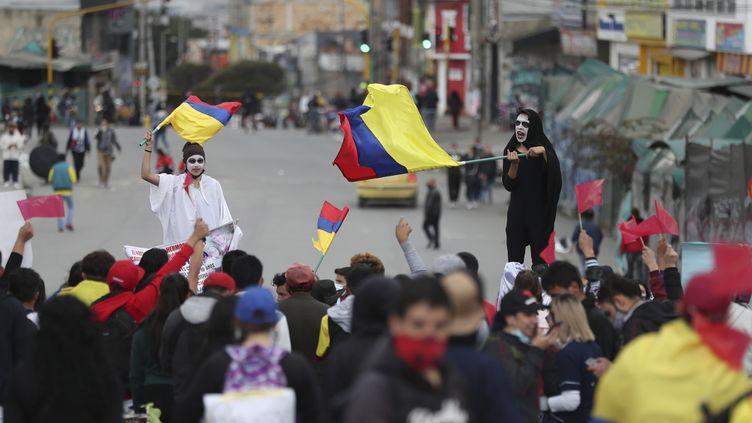 Une manifestation contre le gouvernement dans les rues de Bogota, capitale de la Colombie, le 28 mai 2021. (FERNANDO VERGARA / AP)