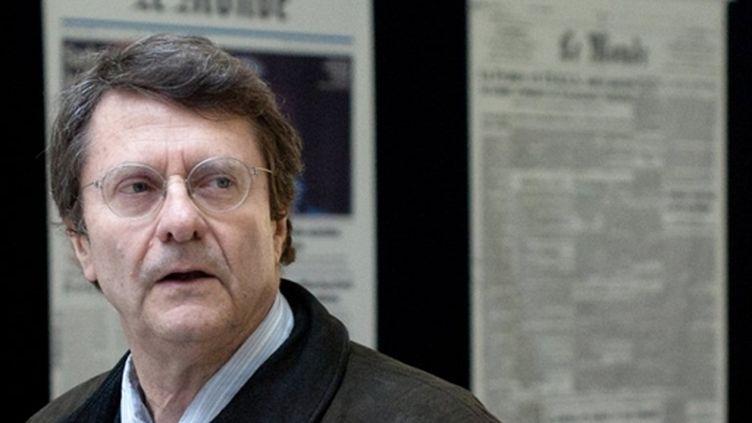 Erik Izraelewicz, directeur du Monde, devant le siège du journal, le 10 février 2011 (AFP/Martin Bureau)